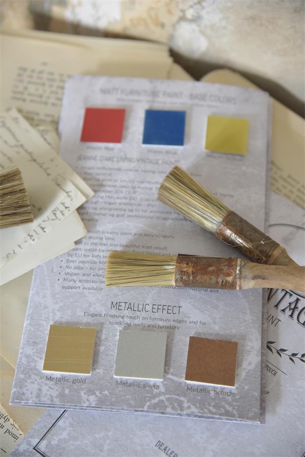 Värikartassa mukana myös ns. perusvärit ja metallimaalit.
